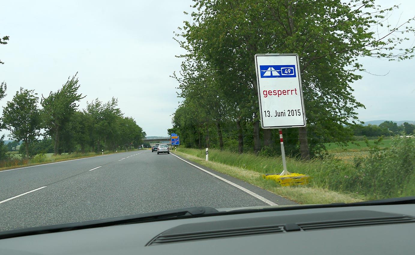 Nahe der Autobahn liegender Militärstützpunkt macht im Sommer 2015 TAGE DER OFFENEN TÜR. Autobahn wird dafür gesperrt und zum Parkplatz mit Buszubringer umfunktioniert. Werbung für den Krieg als Familienunterhaltung?