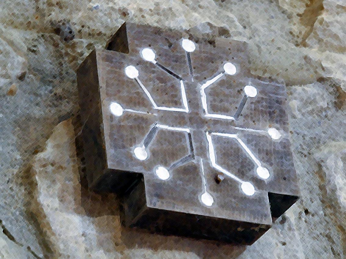 Holzblock mit eingraviertem Katharerkreuz | Abbildung: Andreas Bubrowski