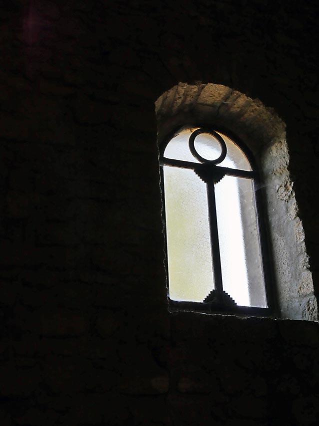 Altägyptische Ankh als Kirchenfenster einer romanischen Kirche des 11. oder 12. Jahrhunderts? | Bild: Andreas Bubrowski